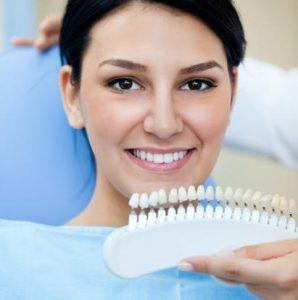 Die Zahnfarbe einer Patientin wird festgestellt