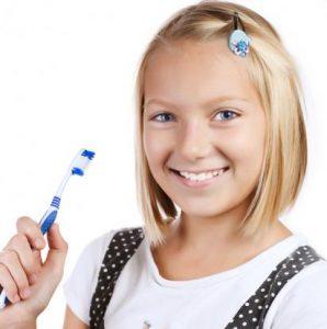 Lächelndes Mädchen mit Zahnbürste