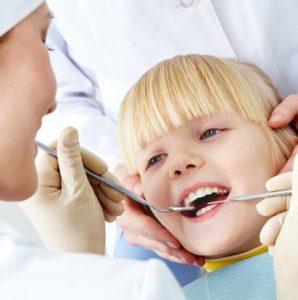 Kind bei der Zahnreinigung