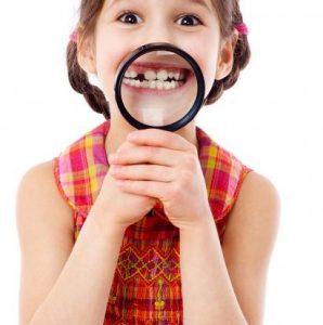 Kind hält Lupe vor den Mund