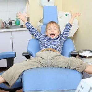 Kind jubelt auf dem Behandlungsstuhl